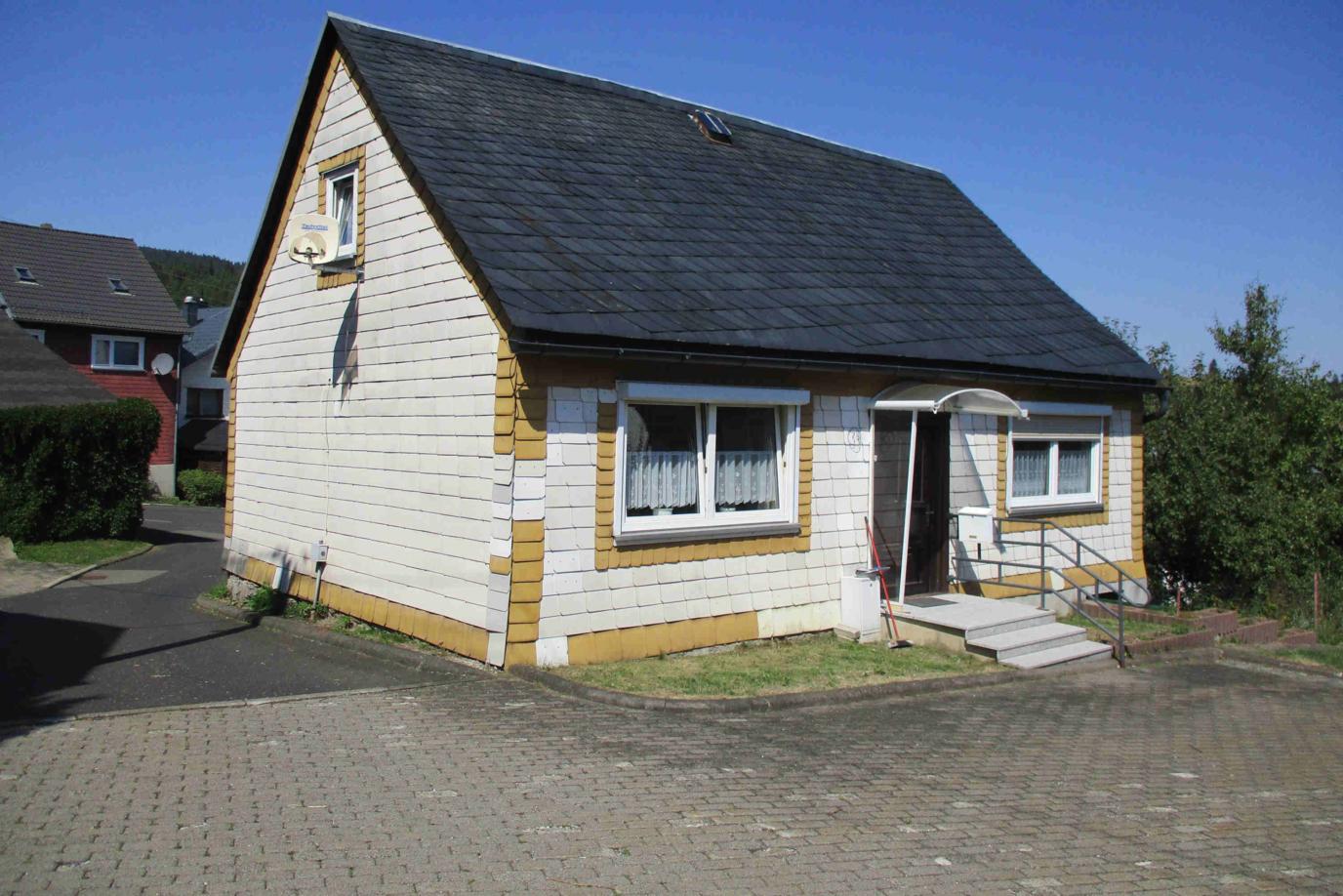 bezugsfertiges kleines Wohnhaus in der Dorfmitte