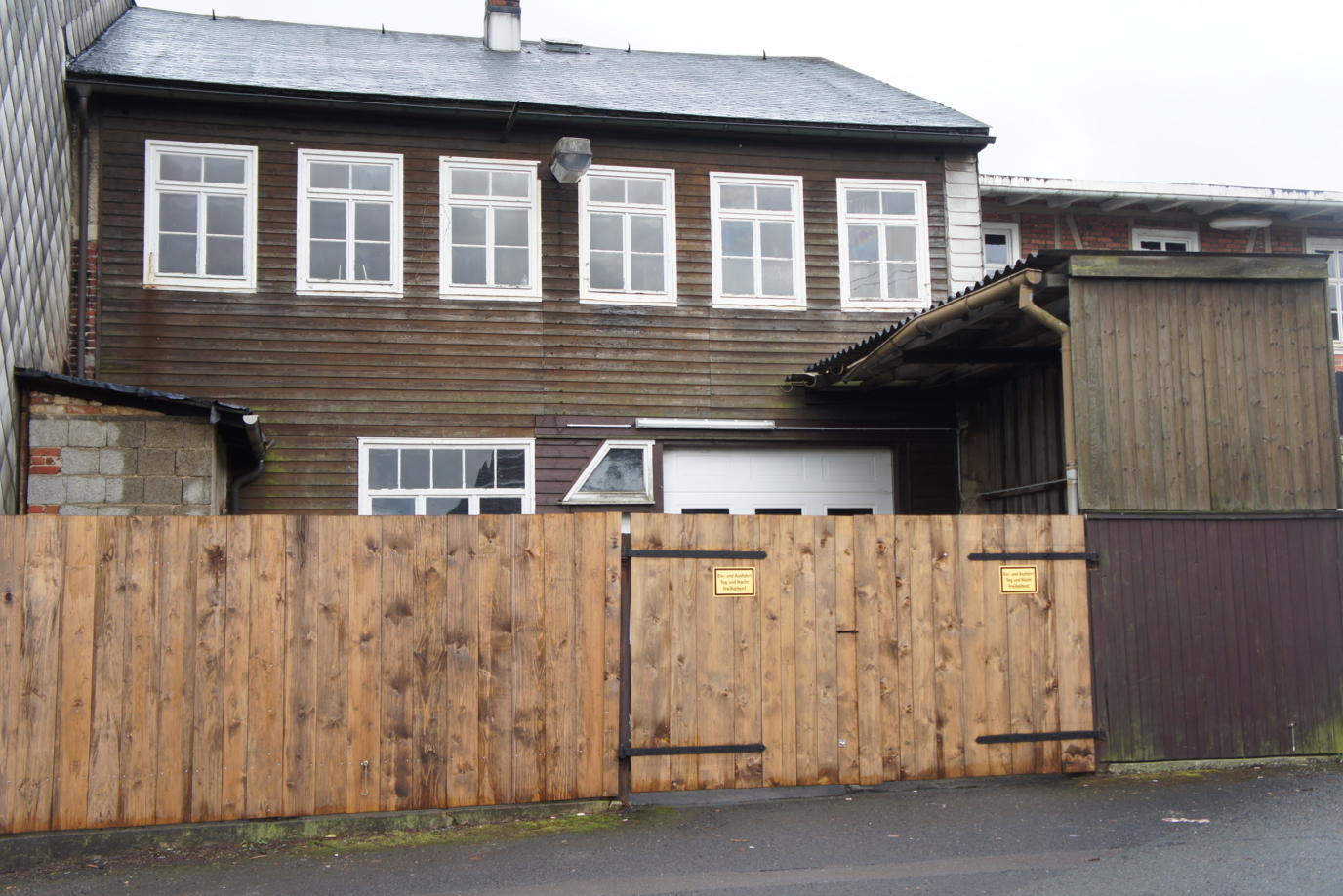 Wohngebäude des ehem. Tischlermeisters mit Werkstatträumen und Garage
