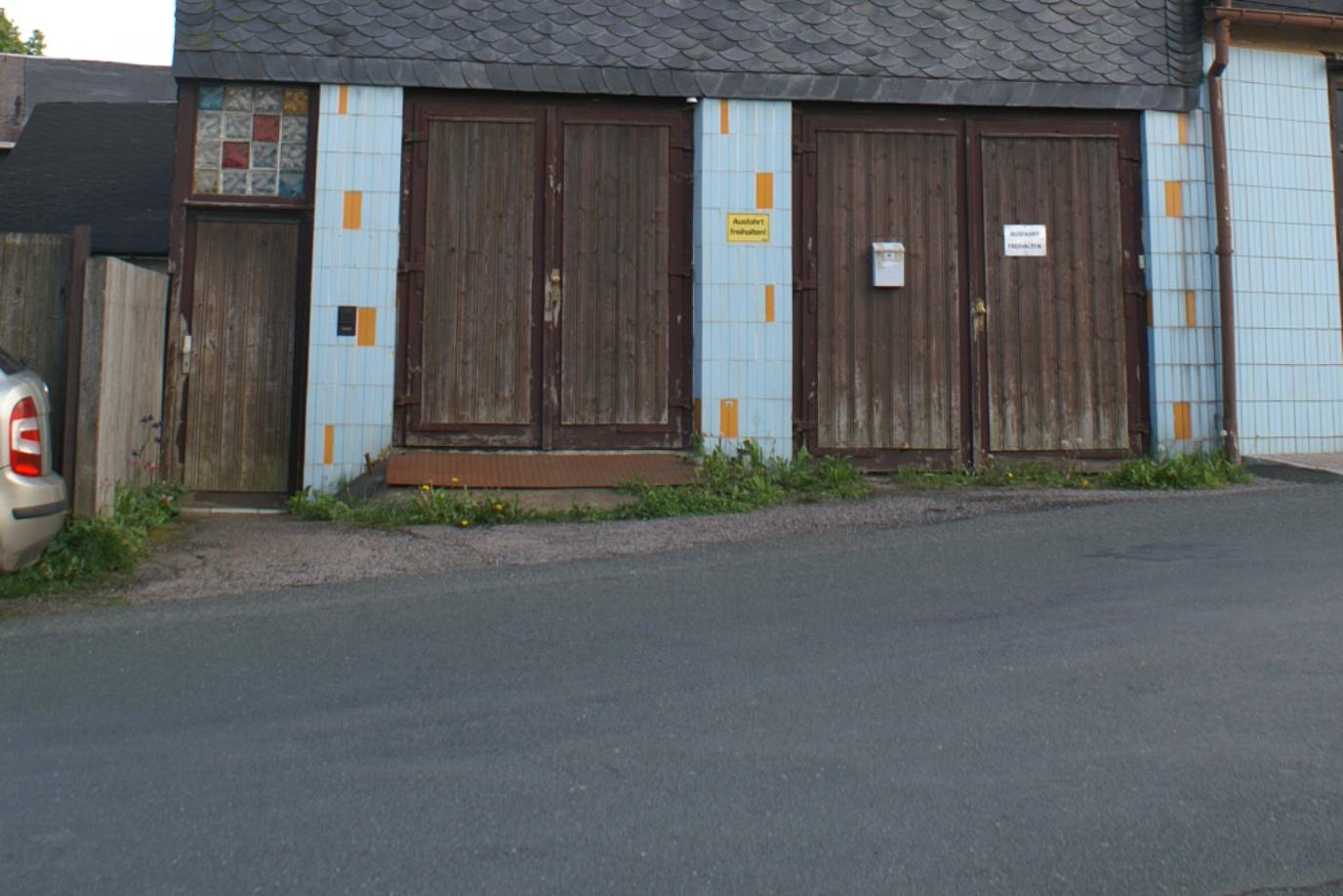 Grundstück mit zwei Wohnhäusern, einer Werkstatt und zwei Garagen